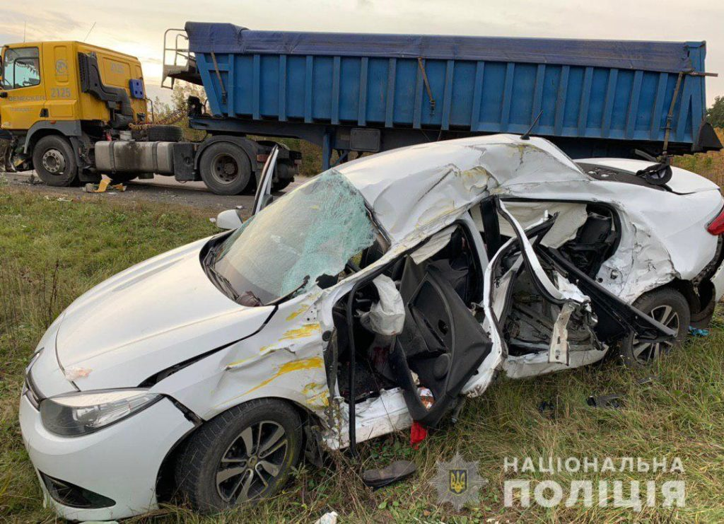 Унаслідок зіткнення легковика та вантажівки загинув один із водіїв