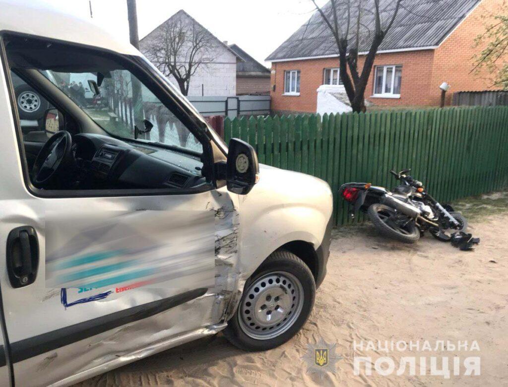 ДТП на Володимиреччині: мотоцикліст в'їхав у автівку та тяжко травмувався
