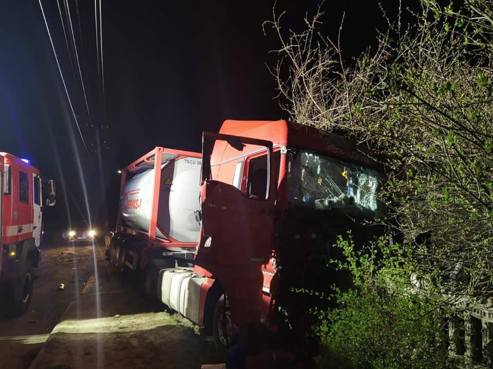 В Острозі вантажний автомобіль в'їхав у бетонну огорожу (ФОТО)