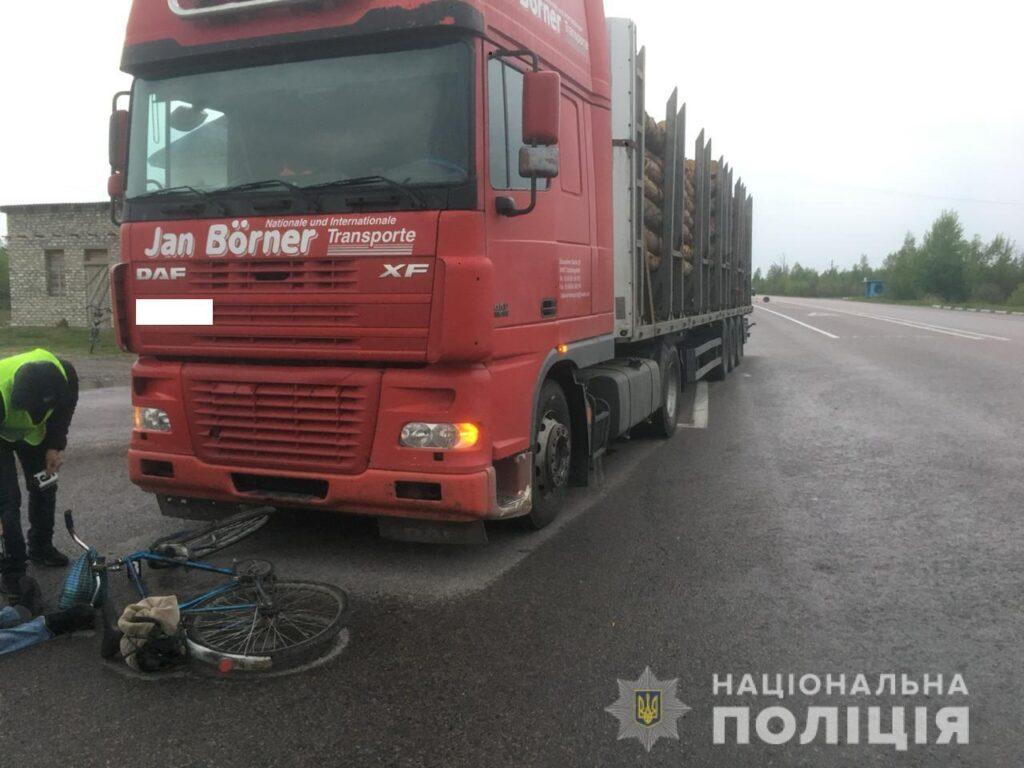 Смертельна ДТП на Рокитнівщині: велосипедист потрапив під колеса вантажівки