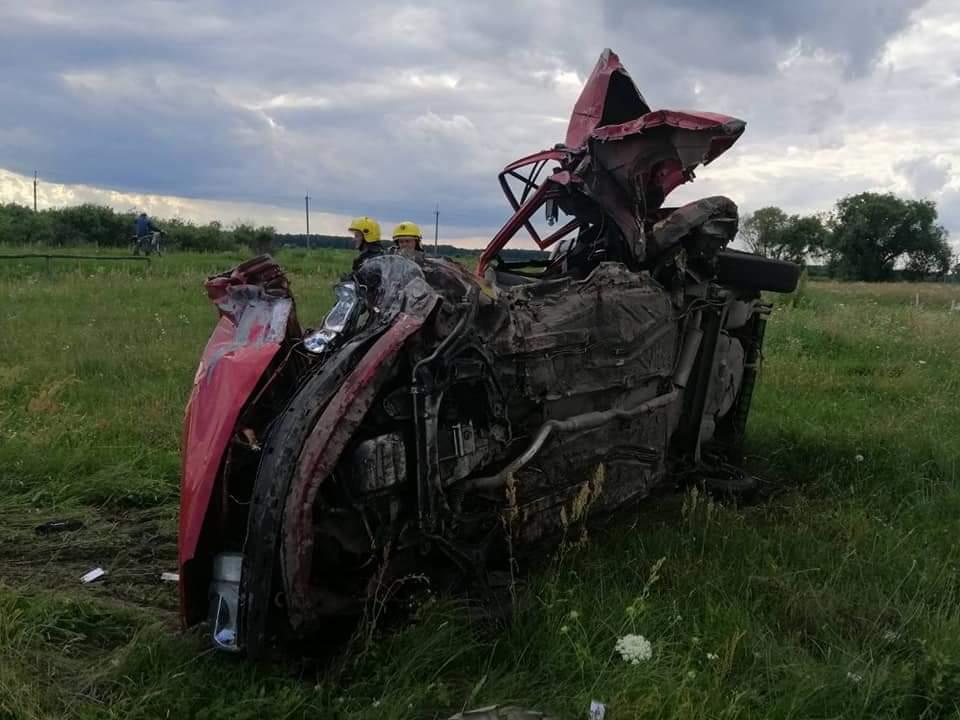 На Костопільщині виявили розтрощену автівку