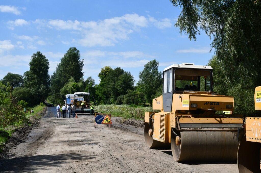 На Дубенщині асфальтують сільську дорогу