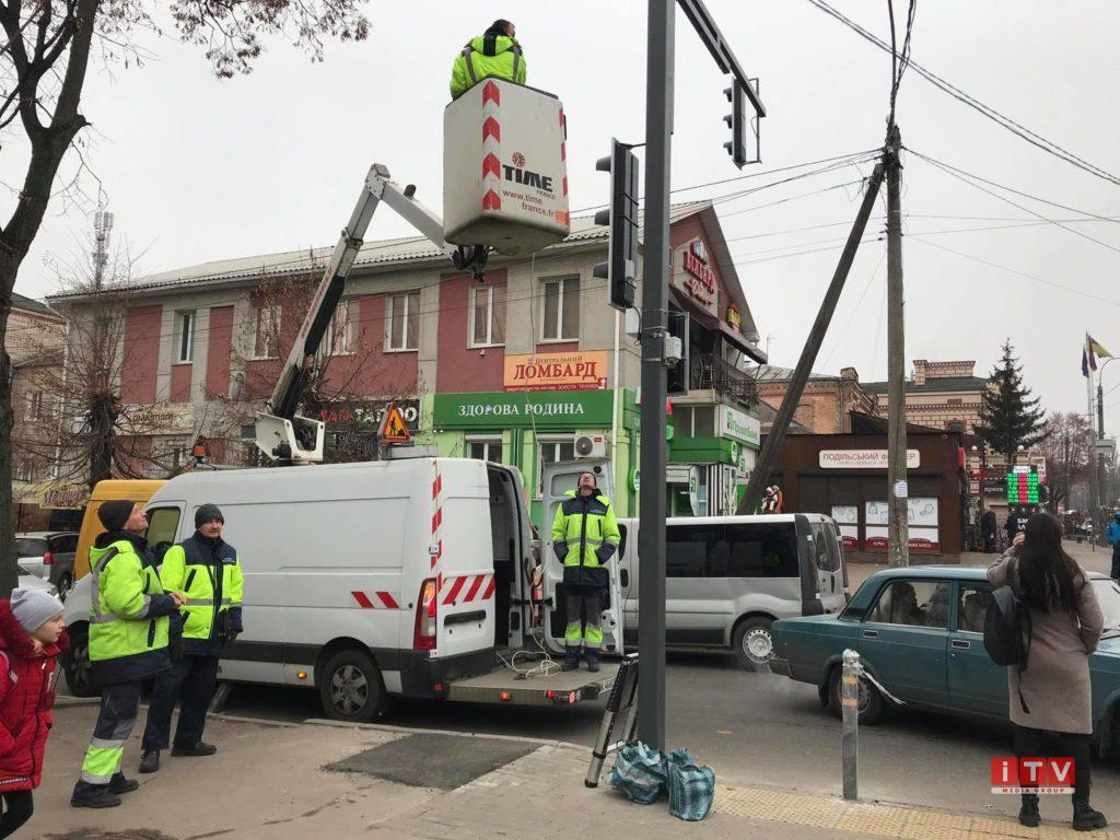 У Рівному завершують встановлення нового світлофору (ФОТО)