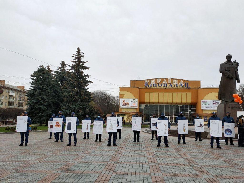 На Майдані у Рівному зібралися поліцейські з плакатами проти насильства (ФОТО)