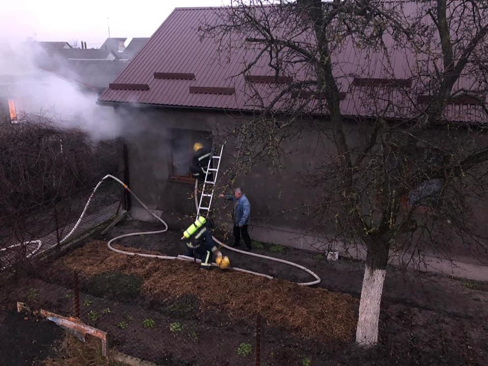 Облив пальним: у Костополі чоловік підпалив себе і будинок