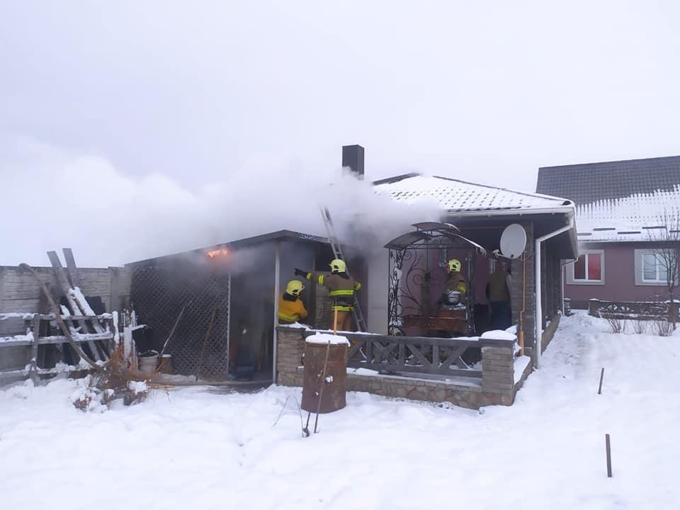 У Сарнах рятувальники ліквідували пожежу у дровітні (ФОТО)