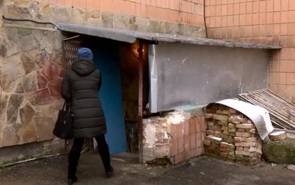 Ні холодної, ні гарячої води: мешканці будинку скаржаться на незаконне будівництво (ВІДЕО)
