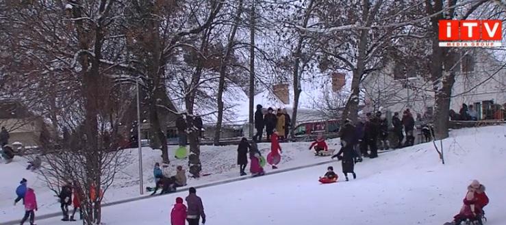У Рівному засніжило: на гірках – ажіотаж любителів зимових катань