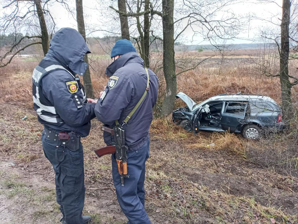 Затисло між деревами: на Дубенщині автівка злетіла в кювет (ФОТО)