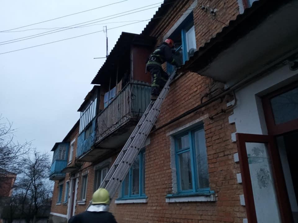 Рятувальники через вікно залазили до чоловіка, який міг скоїти самогубство