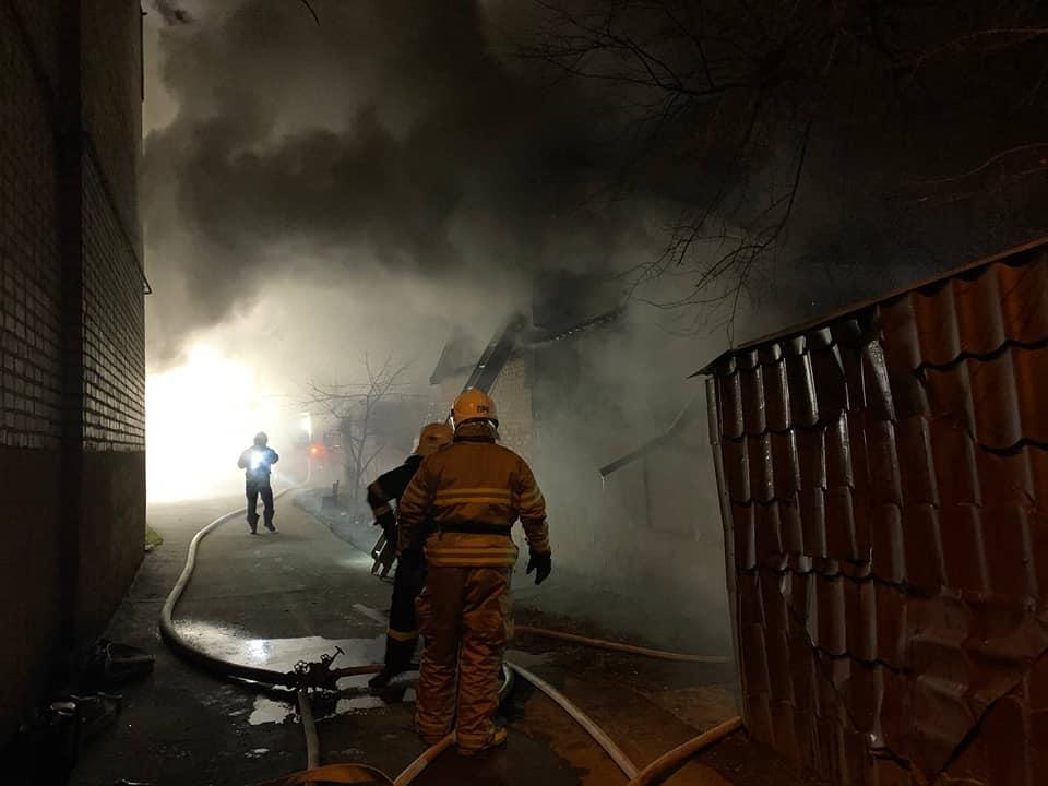 У Рівному на Вербовій горить приватний будинок (ВІДЕО)