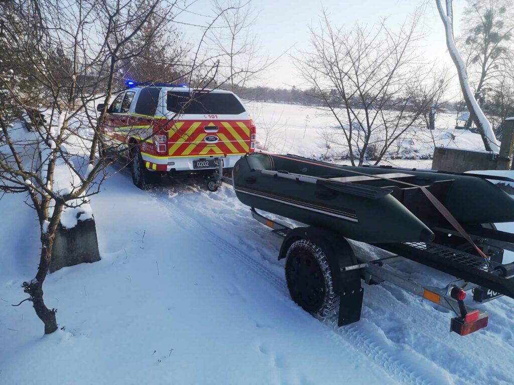 Наслідки морозів: млинівські рятувальники визволили з крижаної пастки лебедів