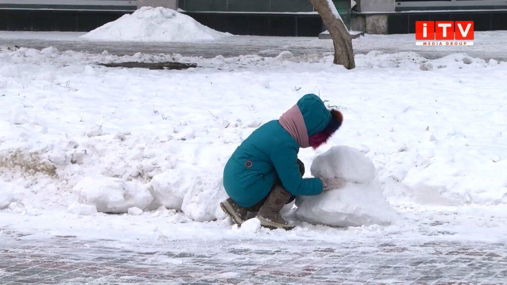 У Рівному комунальники з рівнянами робили сніговиків (ВІДЕО)