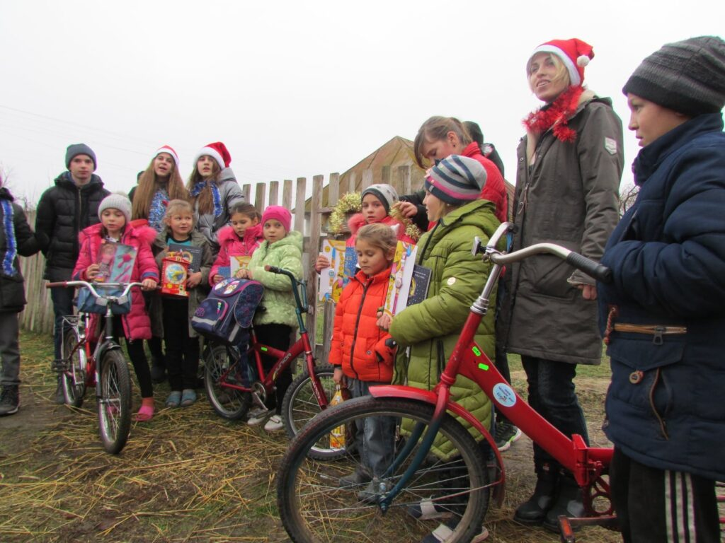 """На Кореччині малозабезпеченим сім'ям із """"глухих"""" сіл дарують велосипеди"""