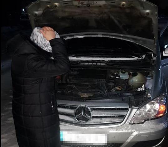 На Рівненщині поліцейські допомогли водійці, яка не змогла завести авто