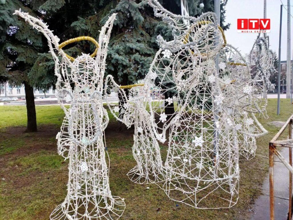 У Рівному встановили різдвяних янголів (ФОТО)