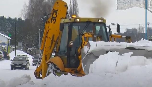 На Рівненщині випало до 15 сантиметрів снігу: як чистять дороги (ВІДЕО)