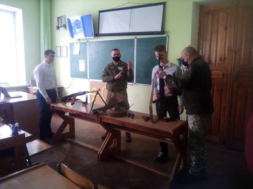 На Дубровиччині українські військові провели урок для школярів
