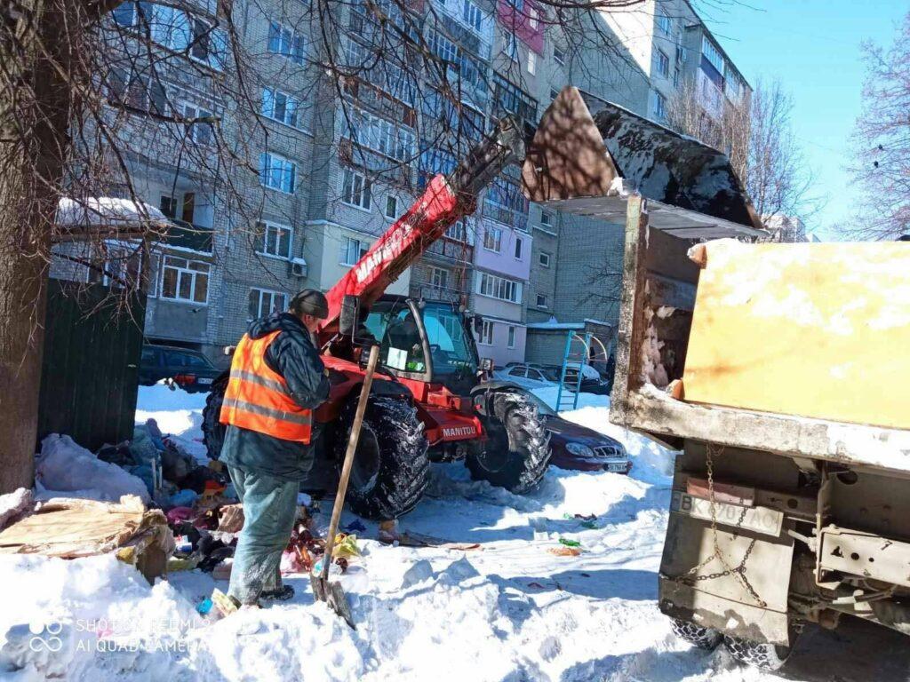 Є проблеми у дворах: рівненські комунальники поступово долають сміттєвий колапс