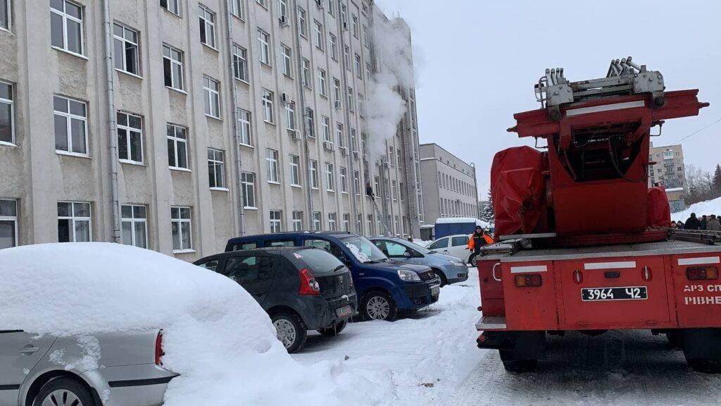 Горить приміщення Рівненської ОДА: працівників установи – евакуювали (ОНОВЛЕНО)