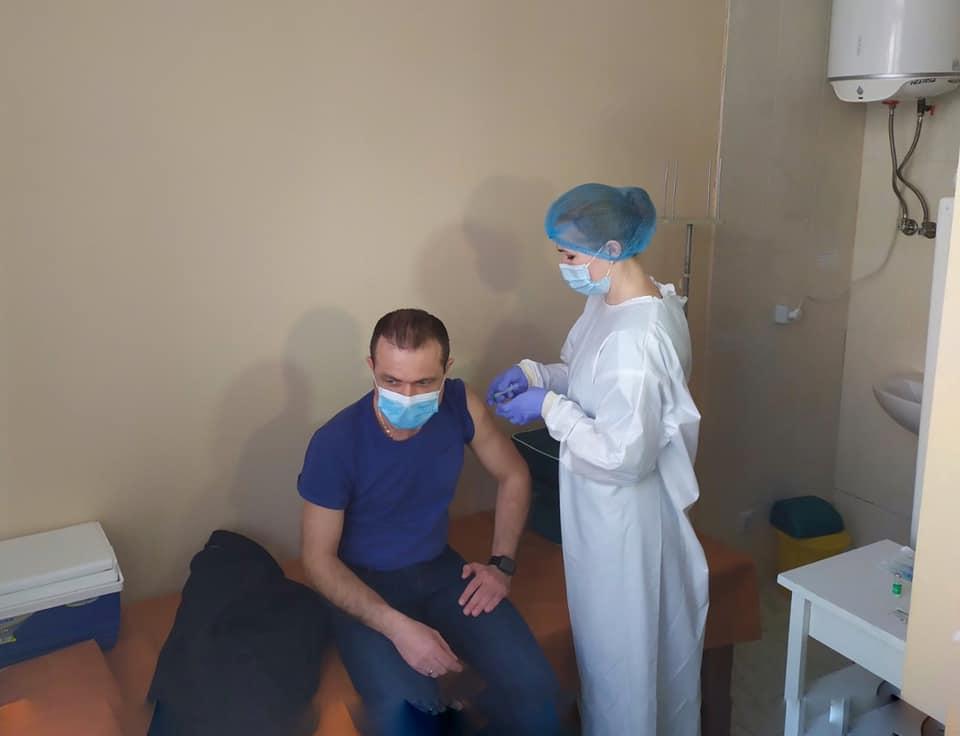 Медиків Рівненської екстренки щепили від коронавірусу