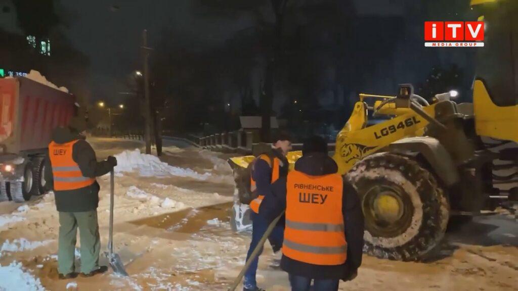 Третій день негоди: чи вийшло комунальникам очистити дороги Рівного