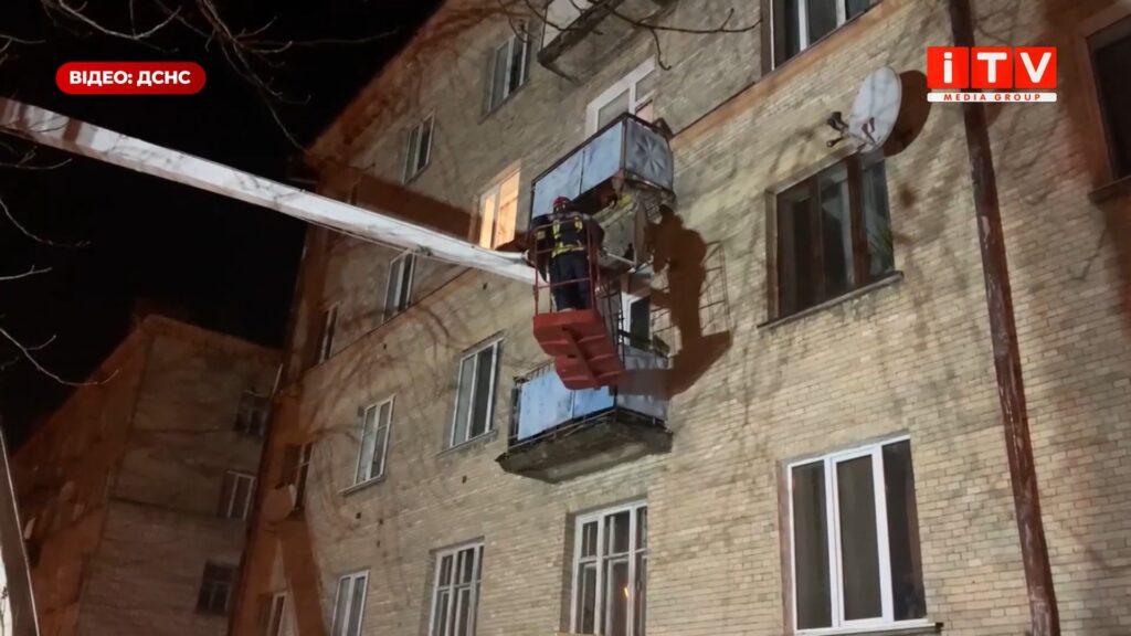 На Соборній у Рівному демонтували аварійний балкон (ВІДЕО)
