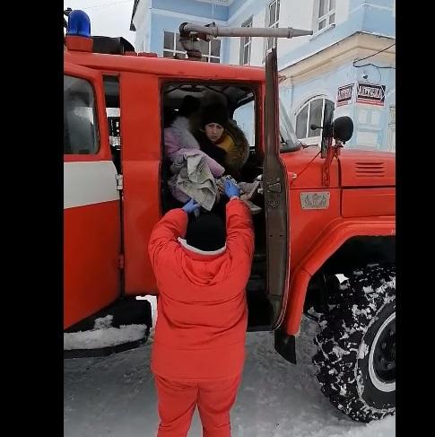 Березнівські вогнеборці на пожежній автоцистерні доправити до лікарні дитину з матір'ю (ВІДЕО)