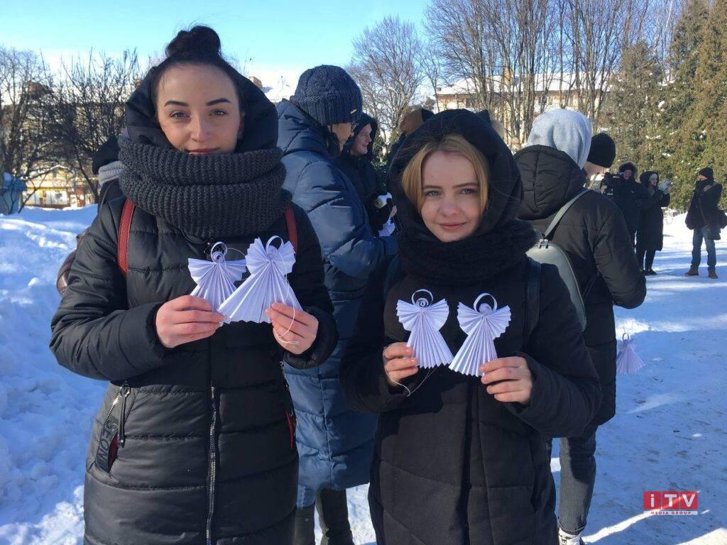 Тиха акція «Ангели пам'яті» проходить у Рівному (ФОТО)