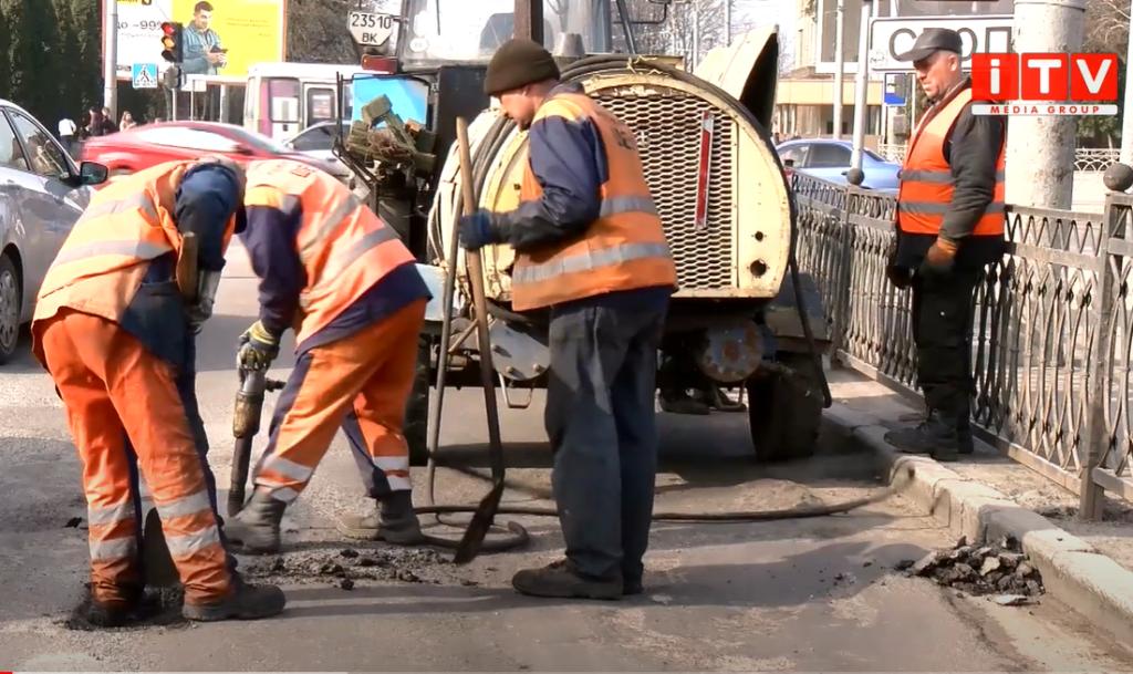 Рівненські шляховики взялися за аварійні ділянки міста (ВІДЕО)