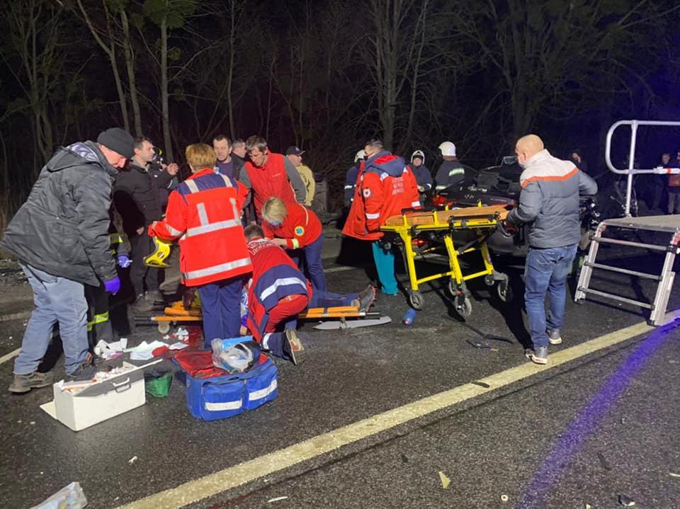 На Рівненщині в ДТП загинув чоловік, а двох затисло в автівках
