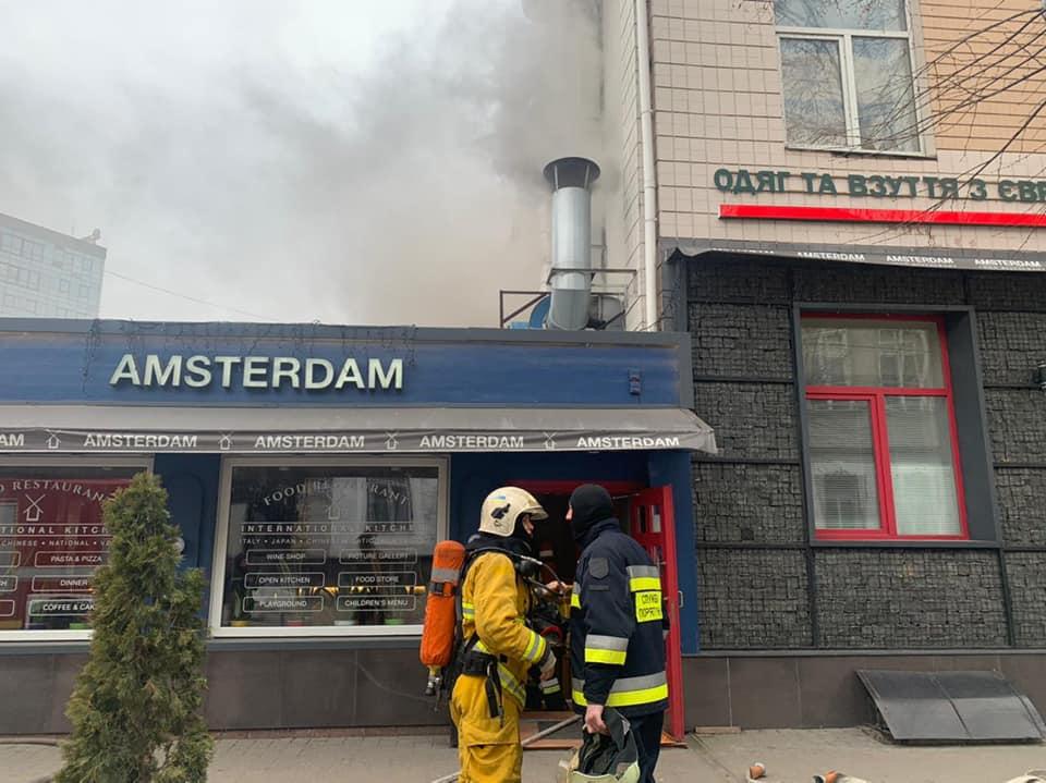 У Рівному з'ясовують, чому загорівся ресторан в центрі міста (ФОТО, ВІДЕО)