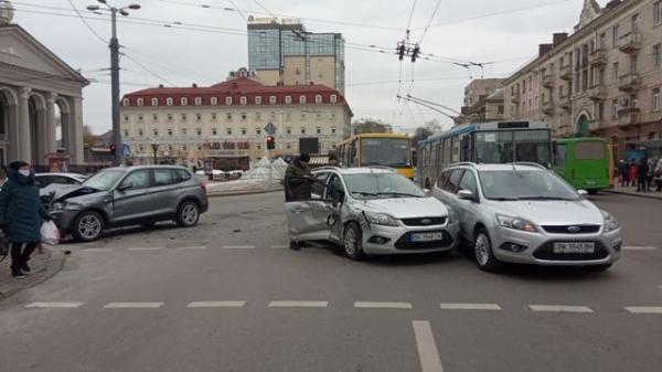 У центрі Рівного в аварію потрапило три автомобілі (ВІДЕО)