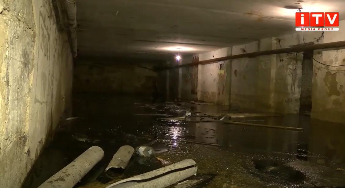 Затопило: ситуація в одному з будинків у центрі міста (ВІДЕО)