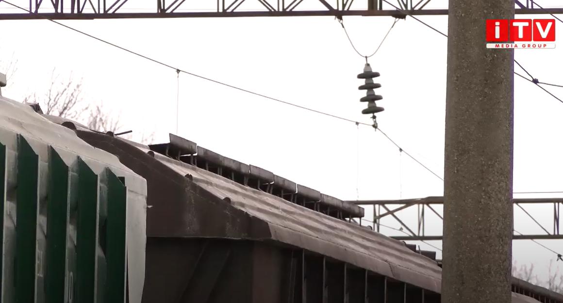 «Скорочували шлях»: хлопець поліз на вагон і отримав удар струмом (ВІДЕО)