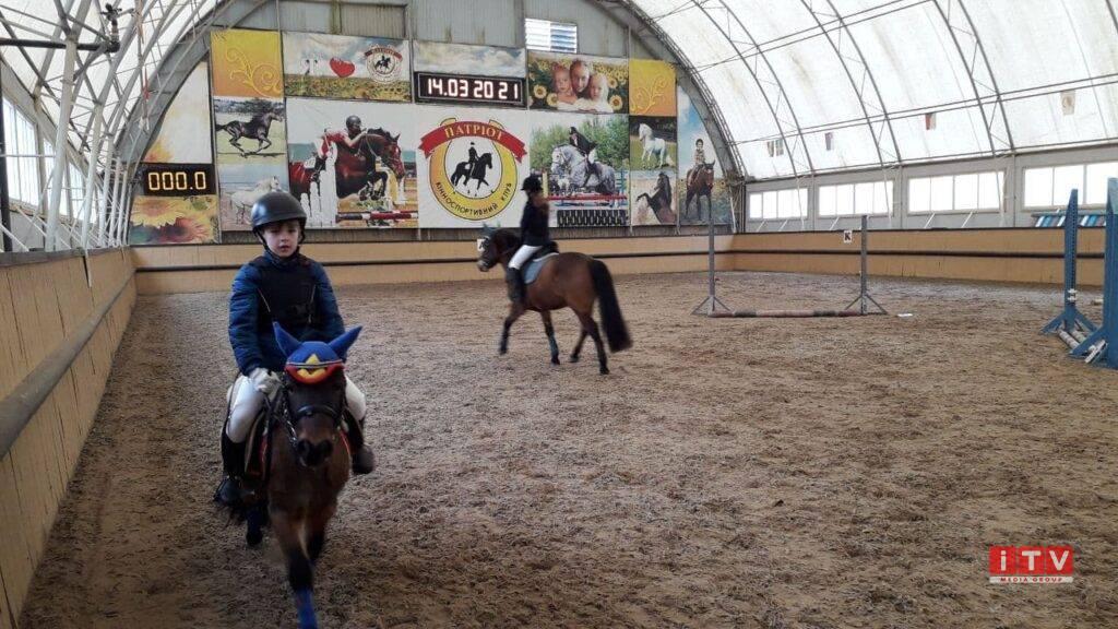 Біля Рівного тривають змагання із кінного спорту серед дітей (ФОТО)
