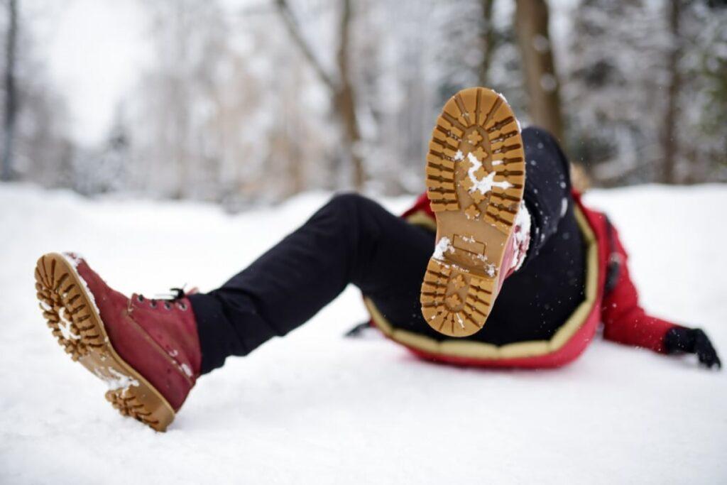 Вітер, ожеледицю та мокрий сніг прогнозують на Рівненщині