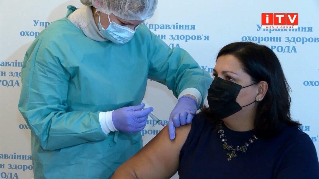 У Рівному вакцинувалась директорка західного регіонального департаменту НСЗУ