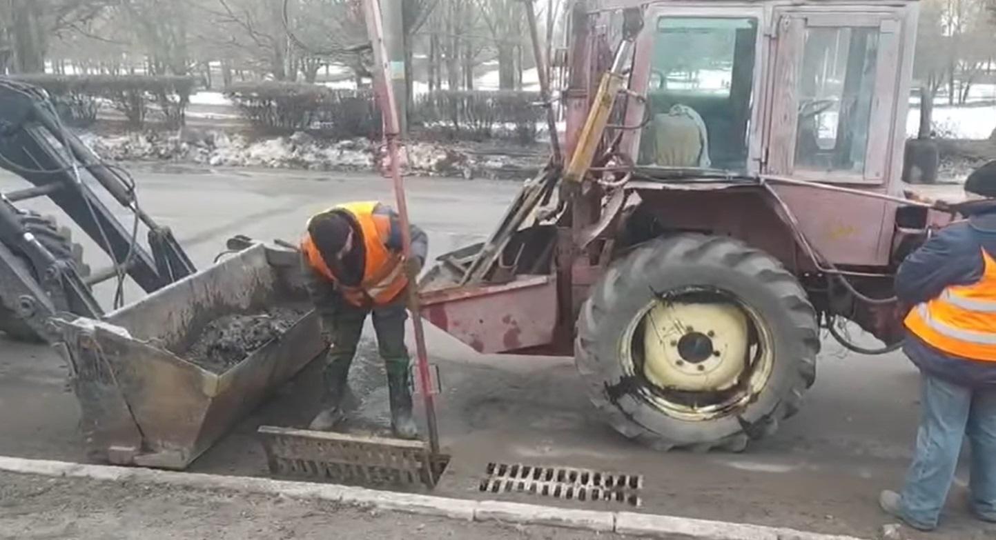 """У Рівному комунальники чистять від сміття """"дощоприймачі"""" (ВІДЕО)"""