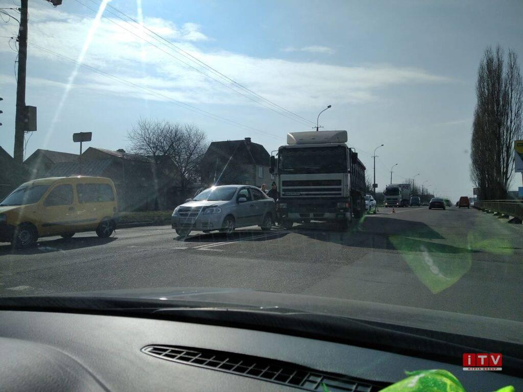 У Рівному – ДТП за участі вантажівки та легковика