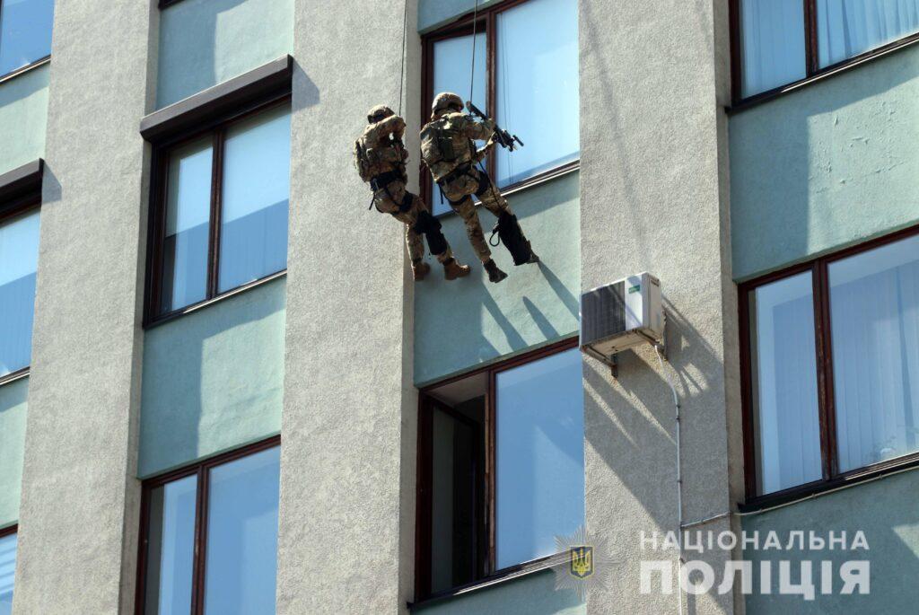 Рівненську облдержадміністрацію захопили терористи? Як відбулися антитерористичні навчання в обласному центрі (ВІДЕО)