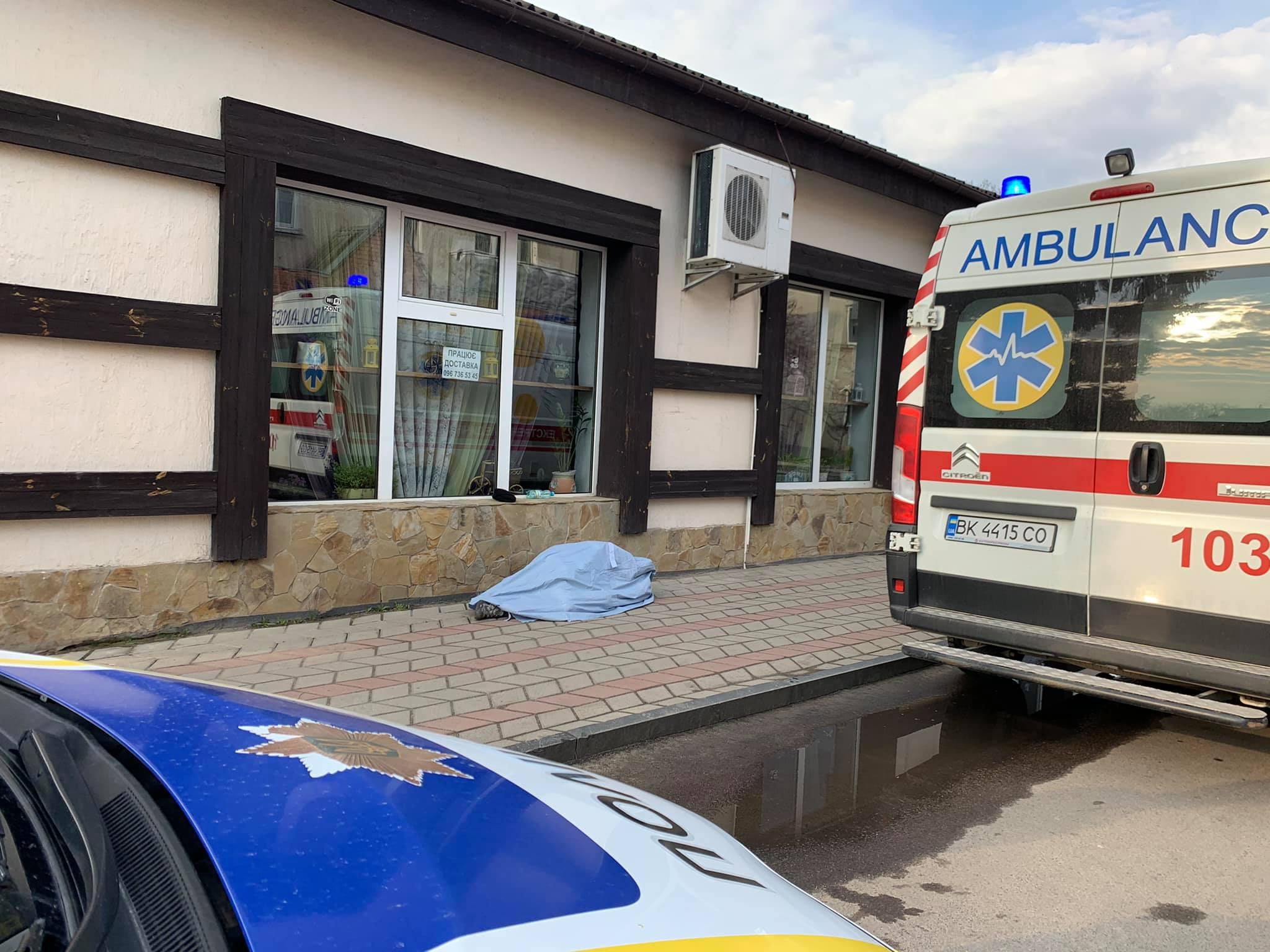 На Рівненщині біля кафе помер чоловік