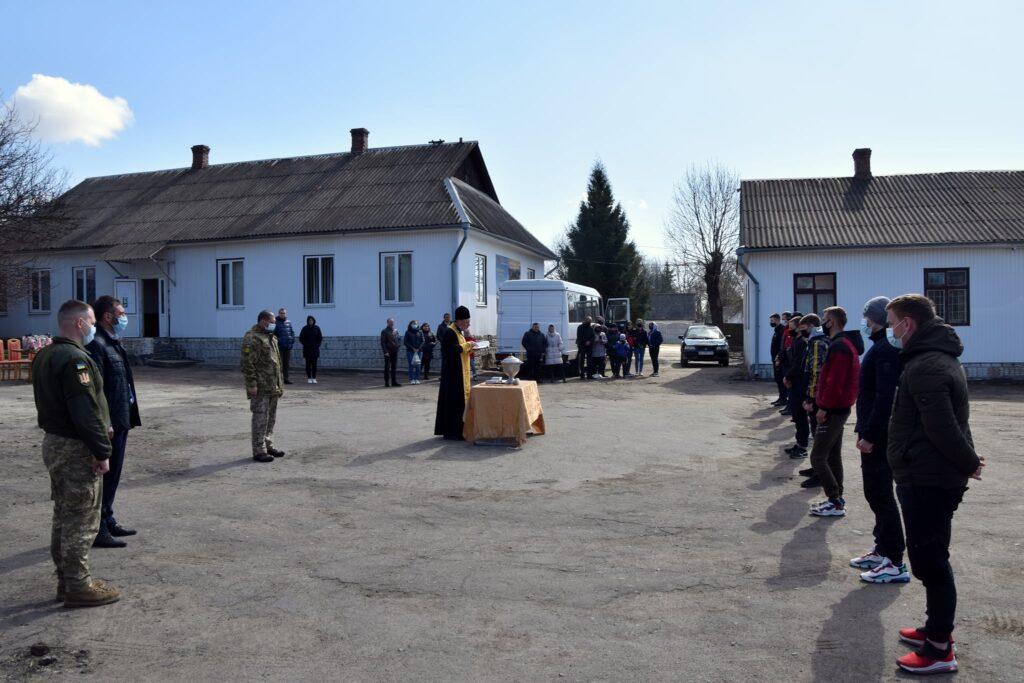 До лав Збройних сил України провели юнаків з громади на Рівненщині (ФОТО)
