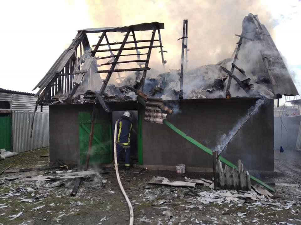 У господарській будівлі на Рівненщині згоріла покрівля