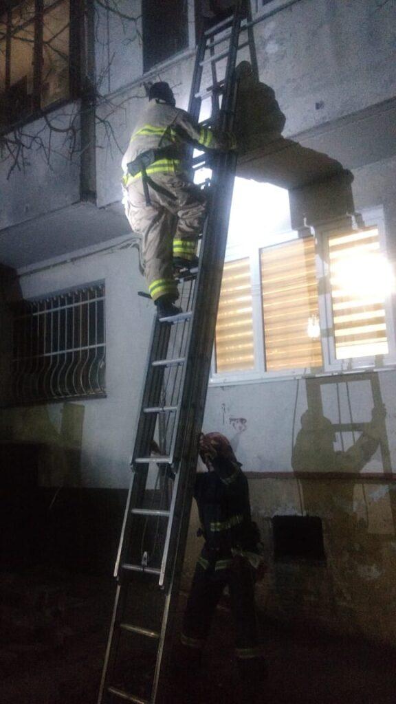 У Рівному жінка зачинилася на балконі в багатоповерхівці