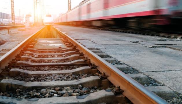 Упав під поїзд: на Рівненщині чоловікові відрізало ноги