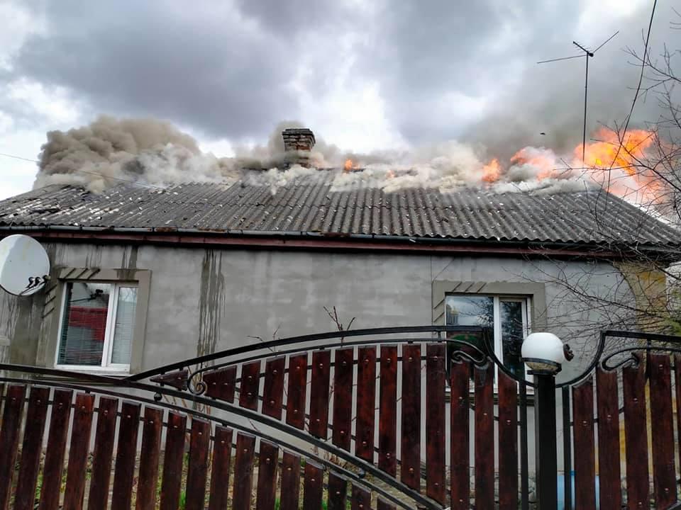 Пожежу у будинку в Острозі ліквідували (ФОТО)