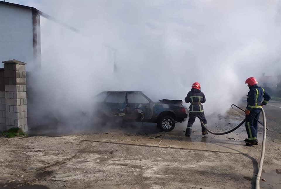У Дубровиці згорів автомобіль (ФОТО)