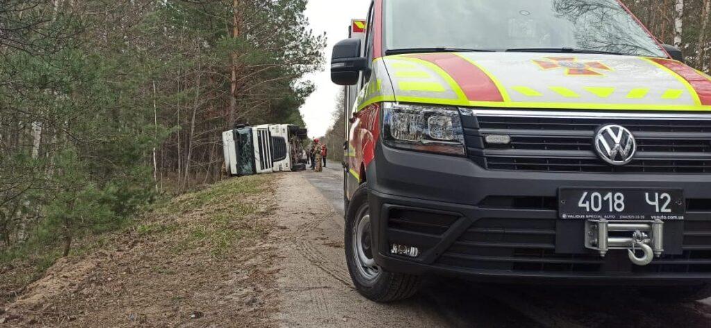 На Сарненщині перекинулася вантажівка з деревиною (ФОТО)