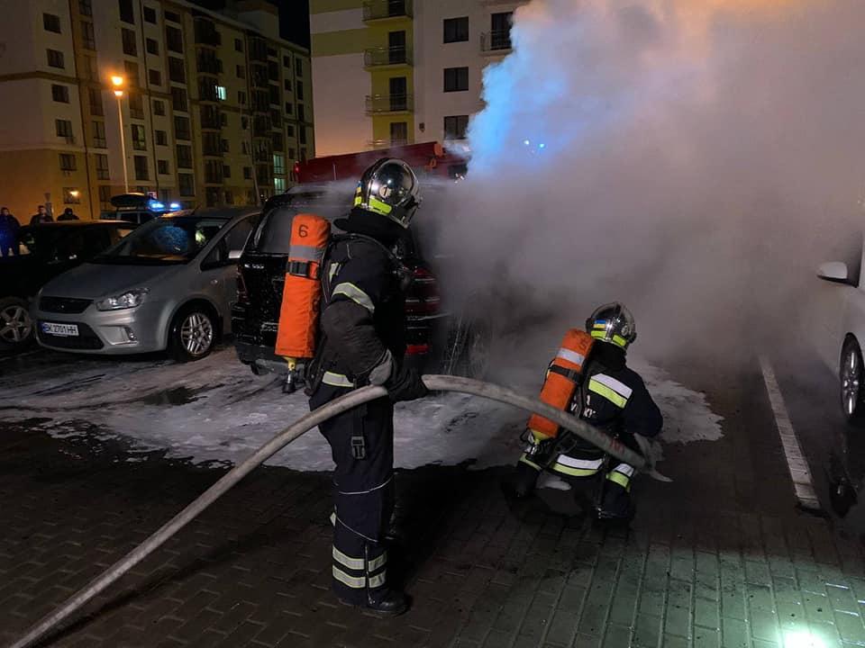 Потерпілий не знає, чому в Рівному спалили його автівку (ВІДЕО)